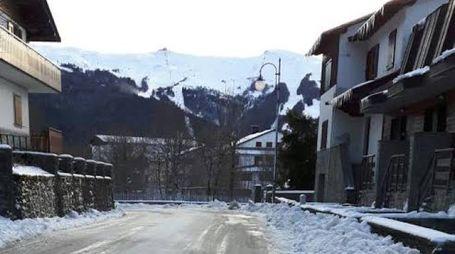 Strada ghiacciata in montagna