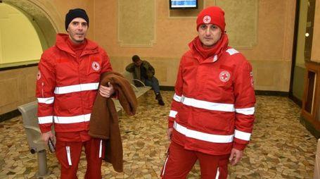 I volontari della Croce Rossa nella sala d'attesa della stazione rimasta aperta (Fantini)