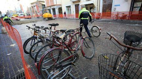 Le bici sequestrate: non hanno rispettato l'avviso di cantiere