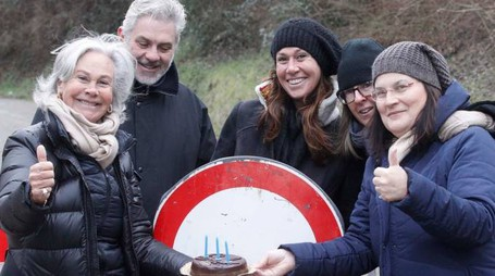 Torta con 3 candeline: tanti sono gli anni di chiusura della strada