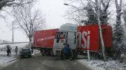 Un camion intraversato nella zona di Matelica (foto Conforti)