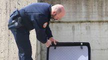 Un poliziotto controlla una valigia (foto di repertorio)
