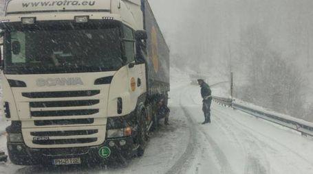 Un agente aiuta un camionista sulla statale 67