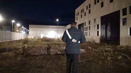 Cadavere trovato in un capannone a Viareggio. Carabinieri e 118 sul posto (Foto Umicini)