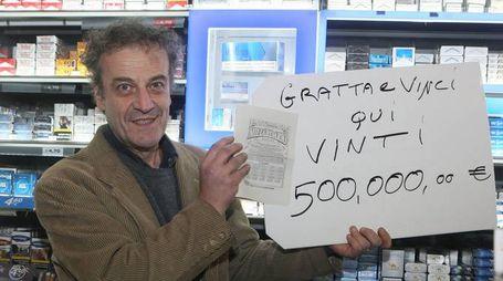 Domenico Silimbani con la fotocopia del tagliando vincente