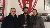 Filippo Carini (al centro), 26 anni, col diesse biancorosso Sandro Cangini e col suo procuratore Emanuele Chiaretti