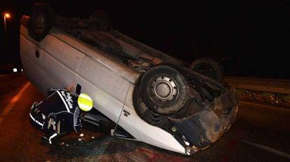 Il furgone rovesciato sulla via Emilia. Sul posto la Polizia Municipale, intervenuta anche la Volante (Fantini)