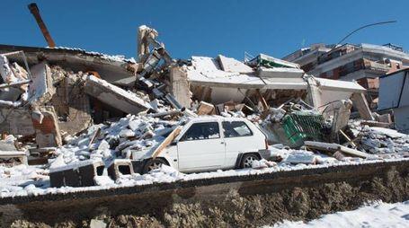 Le macerie di Amatrice coperte dalla neve (Lapresse)