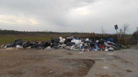 La montagna di rifiuti abbandonati nella piazzola lungo la Bientina-Altopascio