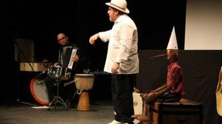 Mirko Gianformaggio dei «Formaggini Guasti» durante  una rappresentazione al teatro della sala Banti di Montemurlo