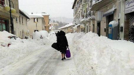 Terremoto, persone in mezzo alla neve a Montereale (Ansa)