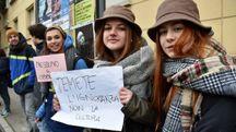 Alcuni liceali con i cartelli (foto Fantini)