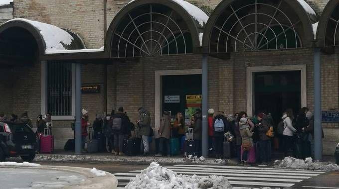 Stazione ferroviaria presa d'assalto