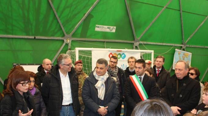 Il sindaco Gentilucci assieme all'assessore regionale e al viceministro all'Istruzione Vito De Filippo nella tenda usata come scuola (foto Conforti)