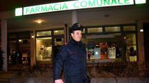 Carabinieri davanti alla farmacia comunale di Forlimpopoli in piazza Martiri di Cefalonia (foto Fantini)