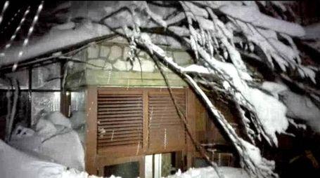 Un'immagine dell'hotel in provincia di Pescara travolto dalla slavina (Ansa)