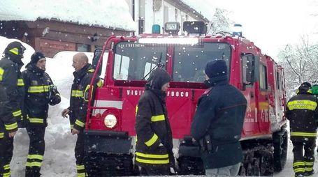I vigili del fuoco all'hotel Rigopiano (Ansa)