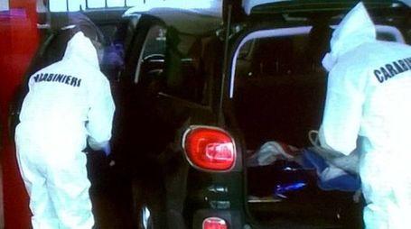 Le ricerche degli investigatori sul duplice omicidio (foto Businesspress)
