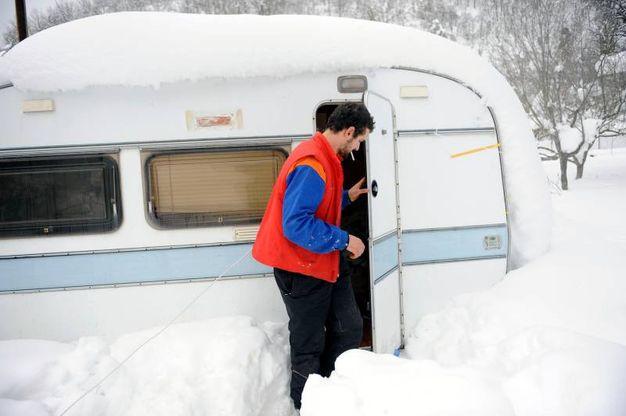 L'allevatore Marco Sebastiani vive in roulotte (Foto Calavita)