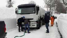Il camion bloccato sulla neve