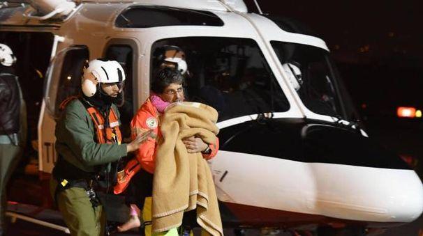 Rigopiano, l'arrivo all'ospedale di Pescara di tre bambini estratti vivi (Ansa)