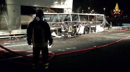 Incidente in A4, il bus divorato dalla fiamme (Ansa)