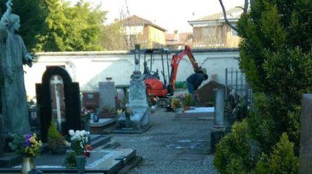 I lavori di scavo al cimitero di via Prampolini