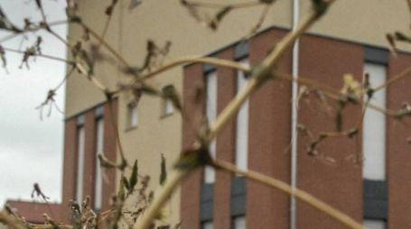 L'edificio nuovo di zecca dove  da dieci anni l'Arma  dei carabinieri aspetta di trasferirsi. Sopra,  il sindaco Antonelli