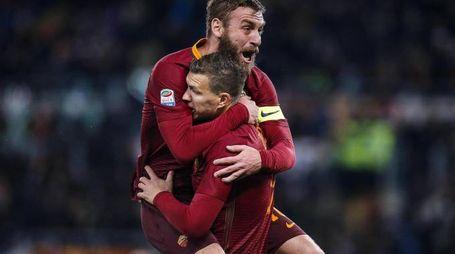 Roma-Cagliari, Dzeko esulta con De Rossi dopo il gol (Ansa)