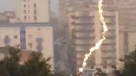Sciacca, fulmine colpisce un semaforo (YouTube)