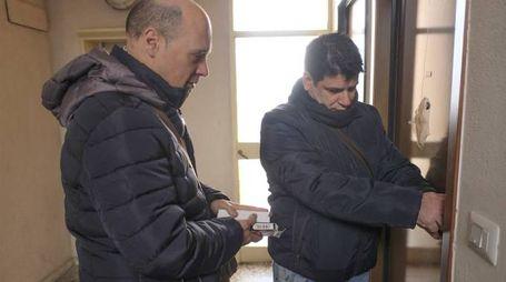 DECISI L'apertura di un alloggio da parte di due addetti schierati da Mm per la squadra «anti-sciacalli» nei quartieri popolari della città (Newpress)