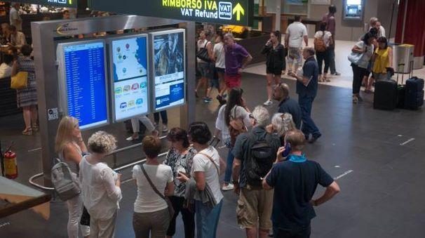 Aeroporto di Bologna, viaggiatori (foto Schicchi)