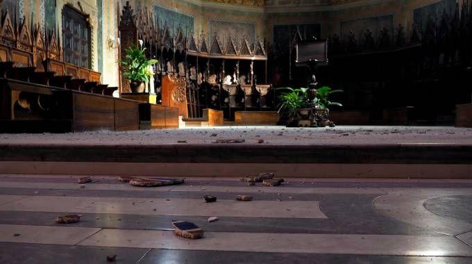 Frammenti all'interno del duomo di Ascoli dopo il terremoto