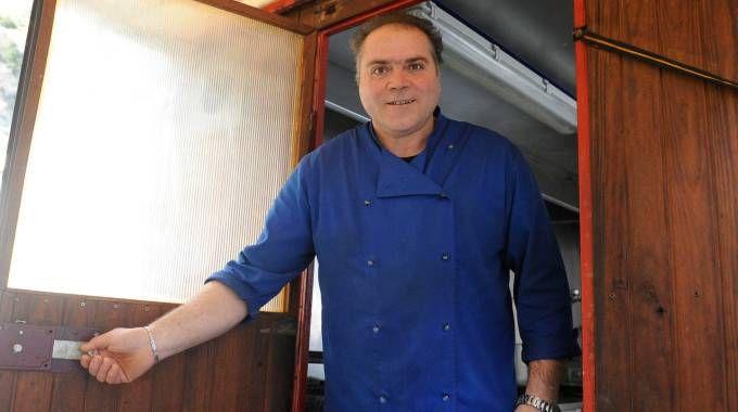 Renzo Budassi nella cucina mobile (foto Calavita)
