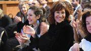 Lara Gilmore, moglie e compagna di avventura di Bottura, sorride platea (Schicchi)