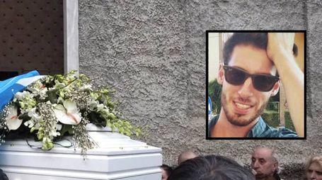 I funerali di Gennaro Canfora (nel riquadro) (Foto Pasquali)