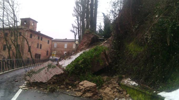 Amandola, le mura del centro storico crollate