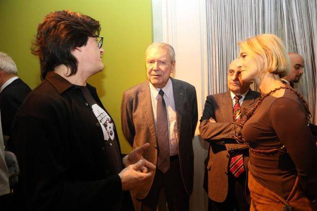 Patrizio Ansaloni, uno dei curatori della mostra, con gli ospiti di EmilBanca (Schicchi)
