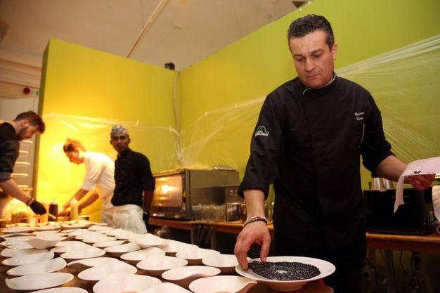 Lo chef Vincenzo Vottero che ha preparato i prelibati piatti della serata (Schicchi)