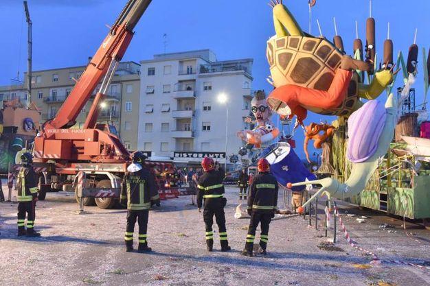 La scena dell'incidente: i vigili del fuoco rimuovono il carro