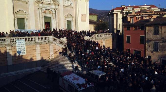 La chiesa di Lavagna stracolma per i funerali del sedicenne suicida (Ansa)
