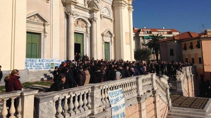Funerali a Lavagna per il 16enne morto lanciandosi dal balcone (Ansa)