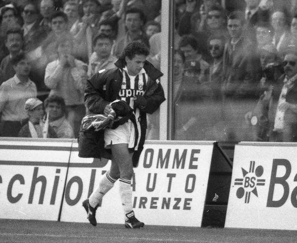 6 aprile 1991: Baggio torna a Firenze da 'nemico' e si rifiuta di tirare un rigore. La Juve perde 2-0 e, all'uscita dal campo, i tifosi lanciano una sciarpa viola a Roby che la raccoglie e ringrazia (Pressphoto)