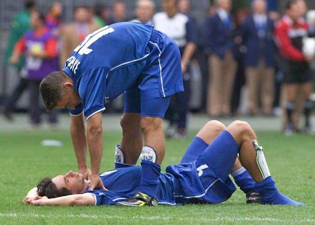 Ai Mondiali l'Italia esce ai rigori proprio ai quarti con i padroni di casa, in una gara in cui Roby sfiorerà il gol: qui Baggio consola Albertini (Ansa)
