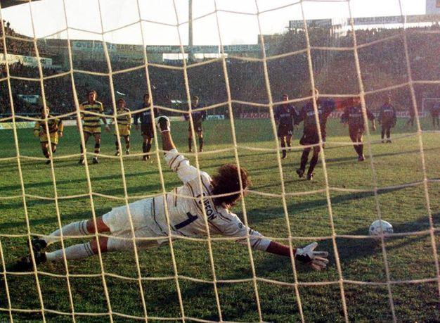 Un giovanissimo Gigi Buffon para un rigore a Baggio durante un Parma-Inter: quasi un passaggio di consegne tra leggende (Ansa)