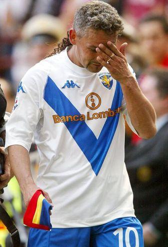 La commozione di Baggio all'uscita da San Siro, ultima partita della sua carriera (Ansa)