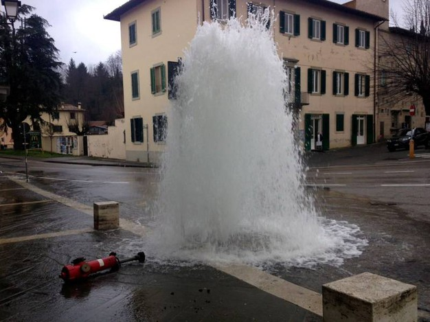 Idrante dell'acqua divelto da un'auto (Germogli)