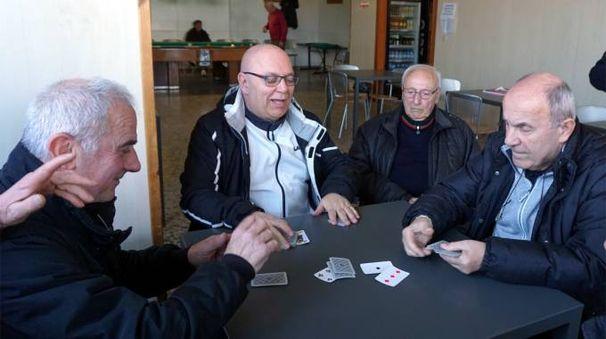 Nei circoli del Pd si parla di scissione giocando a carte
