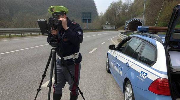 Polizia stradale con il telelaser
