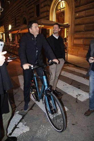 Matteo Renzi a Firenze esce da Palazzo Vecchio in bicicletta (foto Umberto Visintini/New PressPhoto)